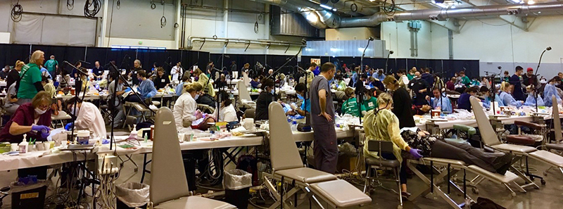 The floor of the COMOM event with patients, volunteers and dentists