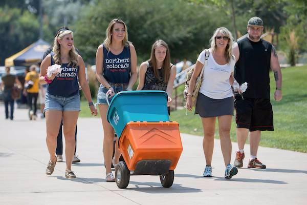 students moving in to dorms
